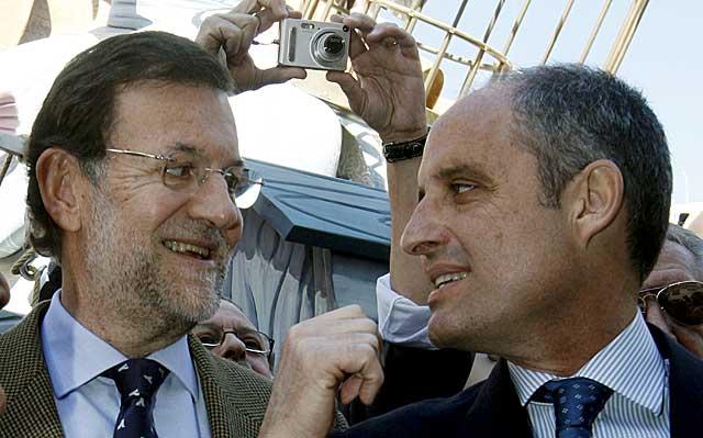 El líder del PP, Mariano Rajoy, junto al presidente valenciano, Francisco Camps. | Efe