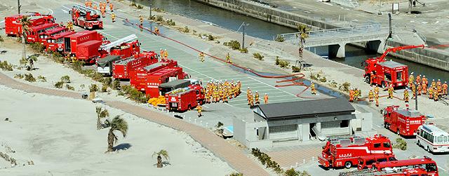 Los camiones de bomberos, listos para entrar en Fukushima. | Ap