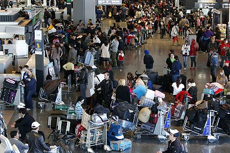 Pasajeros intentan coger un vuelo para salir de Japón. | Reuters