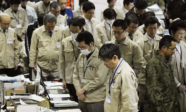 Empleados de la prefectura de Fukushima guardan silencio una semana después del terremoto. | Ap