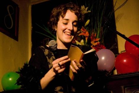 Una de las participantes leyendo una poesía en el 'Poetry Slam'.