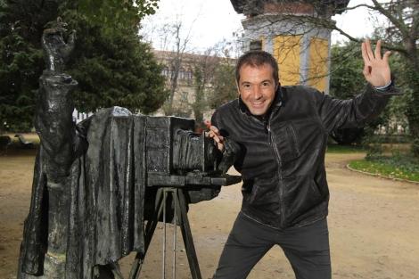 Manu Carreño posa junto a la escultura del fotógrafo en el Campo Grande. | J. M. Lostau