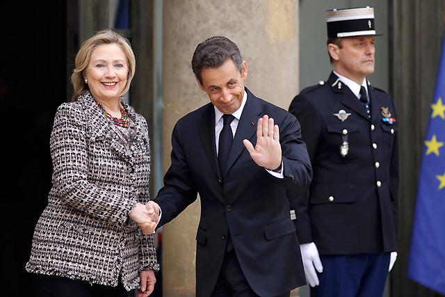 Sarkozy saluda a la secretaria de Estado de EEUU, Hillary Clinton, en el Elíseo. | Reuters