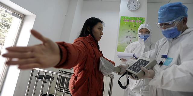 Expertos miden la radiación de una mujer de la prefectura de Fukushima. | Afp