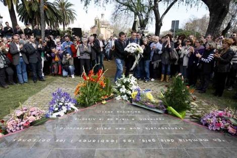 Flores de homenaje en la inauguración del monumento. | Antonio Moreno