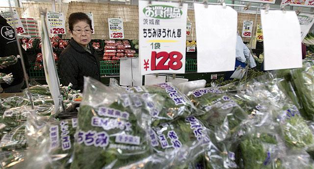 Una mujer hace la compra en Ibaraki. | | Ap