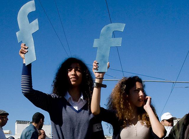 Dos jóvenes alzan dos 'F' en Rabat, en referencia a Facebook.   Reuters