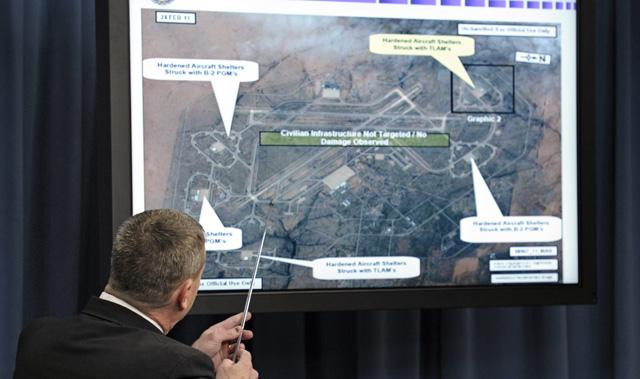 El director del Personal Conjunto en el Pentágono, William Gortney, explica los movimientos de la coalición en Libia. | AP