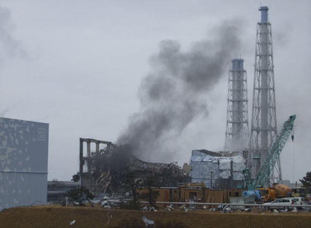 Una columna de humo negro sale del reactor 3 de Fukushima. | Reuters