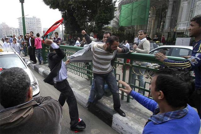 Partidarios y detractores de Gadafi frente a sede de la Liga. | Ap