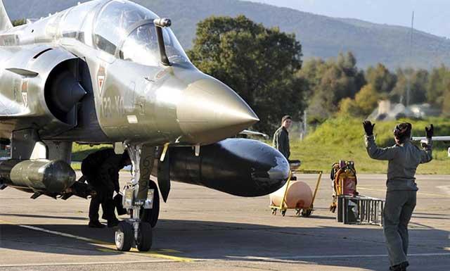 Avión de combate francés, en Córcega tras volver de Libia.| Ap