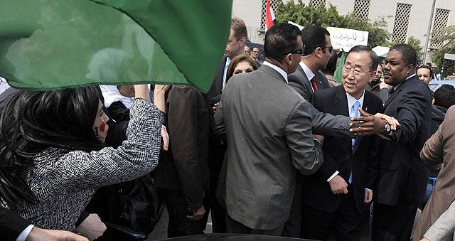 Ban Ki-Moon, protegido por sus guardaespaldas en el Cairo. | Afp