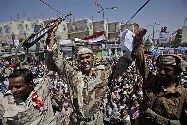 Oficiales del Ejército libio se unen a la revuelta, en Saná.| Ap