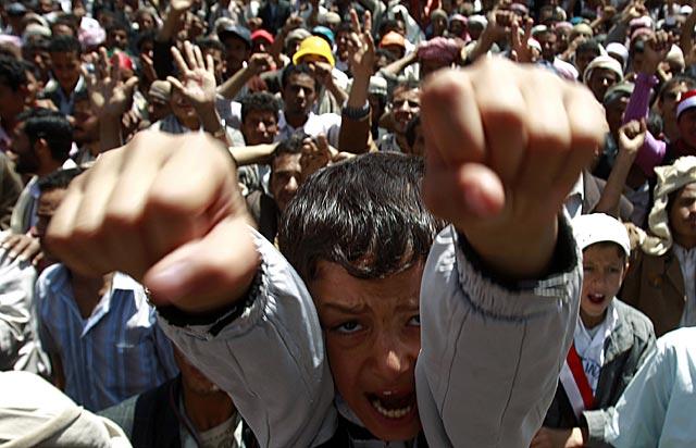 Un niño, en la masiva manifestación de Saná.   Reuters