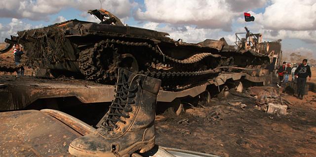 Un tanque destrozado durante un ataque aéreo de los aliados. | Reuters