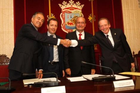 El director de la RAE (a la derecha) junto a los responsables del Málaga Valley.   N. Alcalá