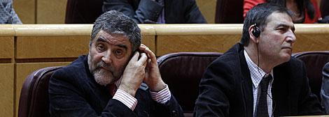 El senador Ramón Aleu (PSC) se coloca el pinganillo en el Senado. | J. Barbancho