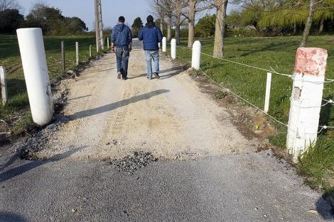 El Ayuntamiento de Miengo denunció la sustracción de 150 metros cuadrados de asfalto.   Efe