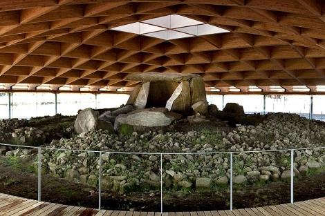 El Dolmen de Dombate ya 'descansa' bajo techo. | Efe