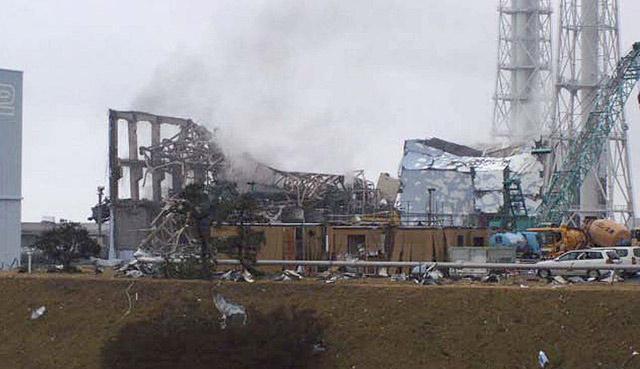 Columna de humo saliendo ayer del reactor 3 en la central de Fukushima. | Efe