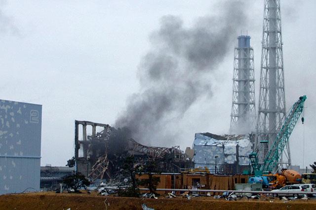 El humo procede del reactor 3 de la central nuclear de Fukushima, dañada por el terremoto y posterior tsunami. | Reuters