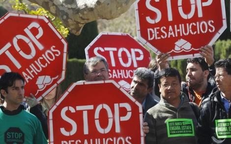 Los impulsores de la ILP protestan en la puerta del Parlament.| Quique García