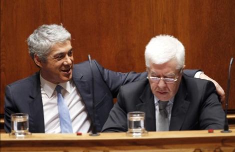 Jose Socrates (i) y el ministro de Economía, Fernando Teixeira dos Santos. | AP