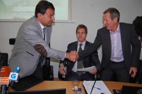 El conselleiro de Industria, Javier Guerra, junto al representante de la empresa.