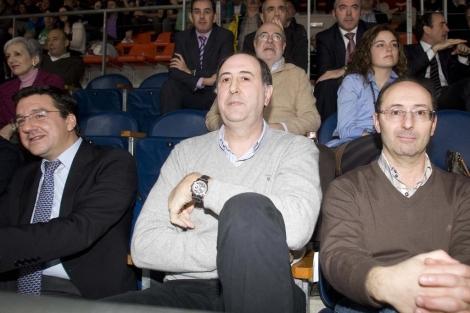 Josean Querejeta junto a Lazcoz y González, de la Diputación Foral. | Paulino Orive