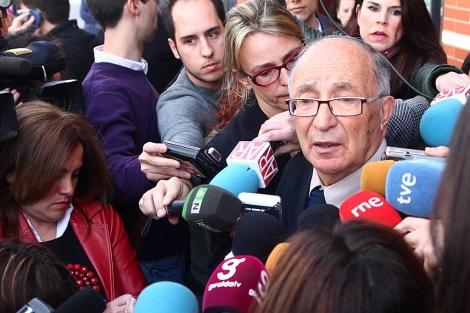El abuelo de Marta del Castillo atendiendo a los medios de comunicación. | Esther Lobato