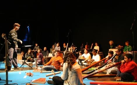 Jóvenes de todas las etnias y nacionalidades componen la orquesta.| ELMUNDO.ES