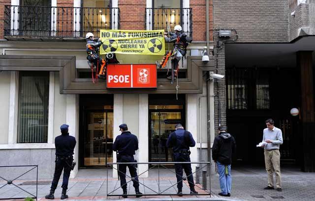 Dos activistas se encaraman al edificio de Ferraz. | Greenpeace.