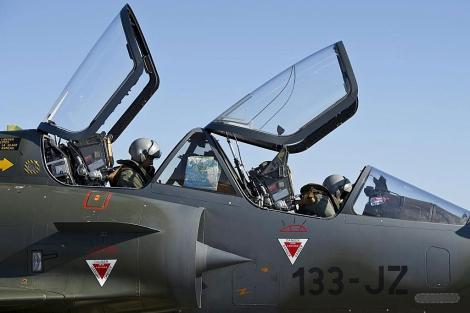 Imagen de un caza francés listo para partir en dirección a Libia.