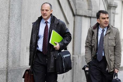 Los abogados de Sortu a la entrada del Supremo.  Alberto Cuéllar