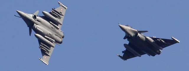 Dos aparatos franceses 'Rafale' se dirigen a la zona de exclusión aérea en Libia. | Reuters