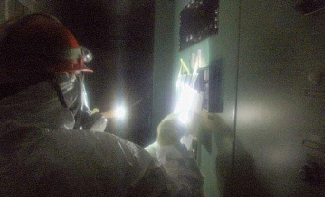 Uno de los trabajadores que trata de enfriar el reactor 3.   Reuters