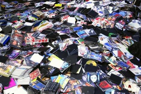 Discos piratas decomisados por la Policía, antes de ser destruidos. | Iñaki Andrés.
