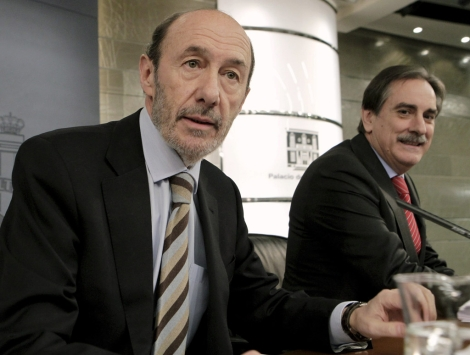 Alfredo Pérez Rubalcaba (i) y Valeriano Gómez en el Consejo de Ministros.   Efe