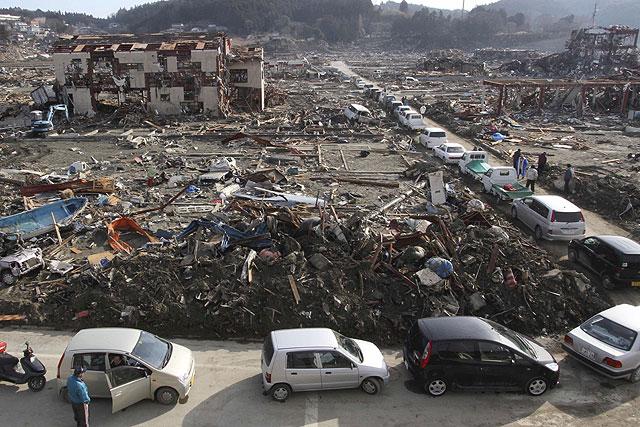 Fila de coches en la ciudad de Minamisanriku para abastecerse de combustible. | AP