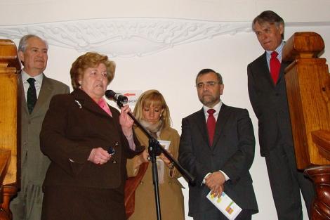 Olga Cavero, ante el micro, detrás Isabel Carrasco, Palazuelo y Álvarez. | Á.F.S.