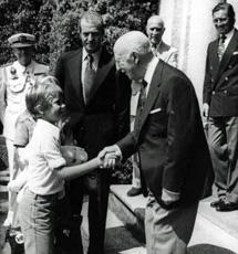 El Príncipe Felipe saluda a Franco, en 1975.