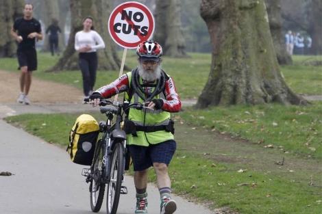 Un ciudadano se acerca hacia la manifestación de Londres. (Reuters)