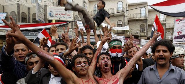 Manifestantes piden la salida de Saneh en Saná. | Afp