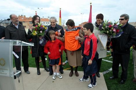 Rafael Lesmes acompañado del alcalde y su familia.   C. Minguela