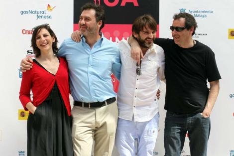 Los actores de 'Cinco metros cuadrados' con el director de la película. | C. Díaz