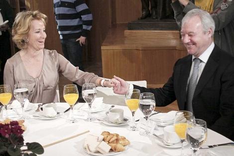 Ramón Luis Valcárcel, con Esperanza Aguirre, este lunes en Madrid. | Efe