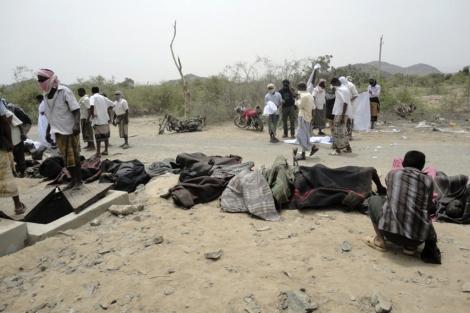 Trabajadores junto a los cadáveres recuperados. | Reuters