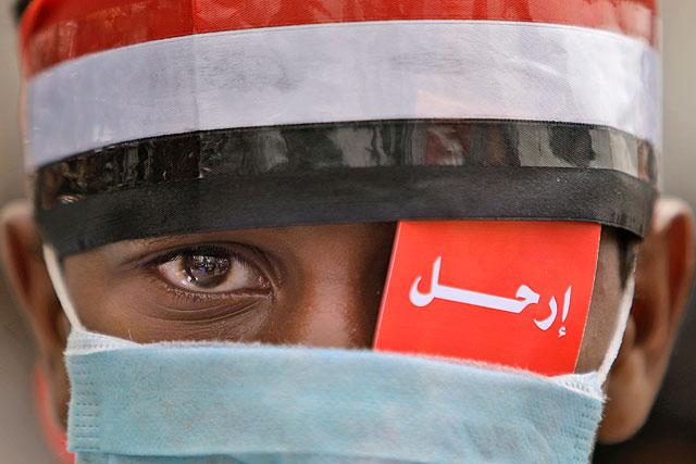 """Un opositor durante la manifestación en Sana para pedir al presidente Saleh """"dejar"""" (escrito sobre su ojo) el poder.   AP"""