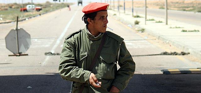 Un soldado libio fiel a Gadafi, en la carretera de Sirte a Trípoli. | AFP