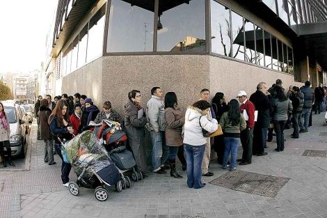Una larga cola frente al Registro Civil de la calle Pradillo, en Madrid. | Alberto di Lolli